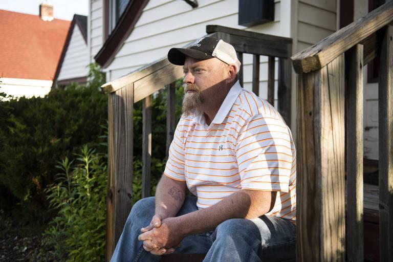 Darren O'Brien, que diz que seus três filhos foram alvo de bullying, em casa em Wisconsin Rapids