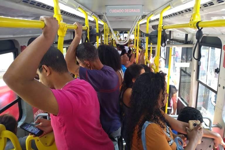 Passageiros embarcam em ônibus do sistema Paese na estação Carrão, para a estação Corinthians-Itaquera, da linha 3-vermelha do metrô, e reclamam de superlotação