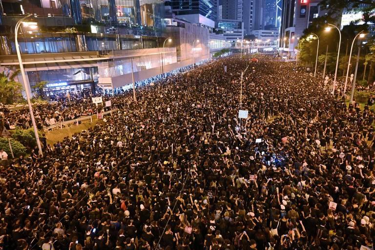 Manifestantes, vestidos de preto, participam de ato em Hong Kong, no último dia 16