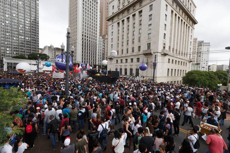 Protesto dos servidores municipais em frente à Prefeitura de São Paulo