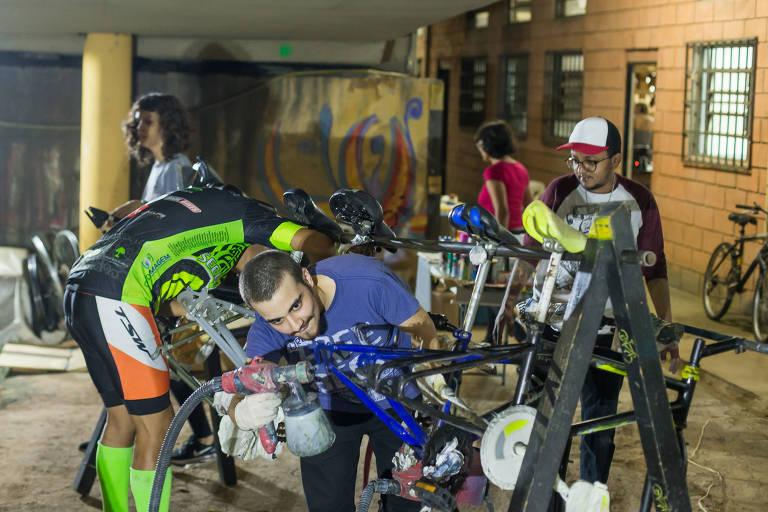 Curso do Viver de Bike; aulas ocorrem duas vezes na semana, com parte prática de mecânica e teórica