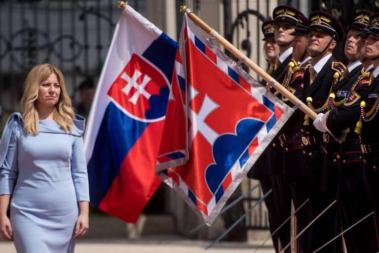 Zuzana Caputova caminha ao lado da guarda de honra no palácio presidencial na Eslováquia