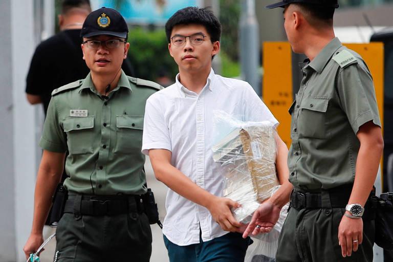 O ativista democrata de Hong Kong Joshua Wong sai da prisão escoltado