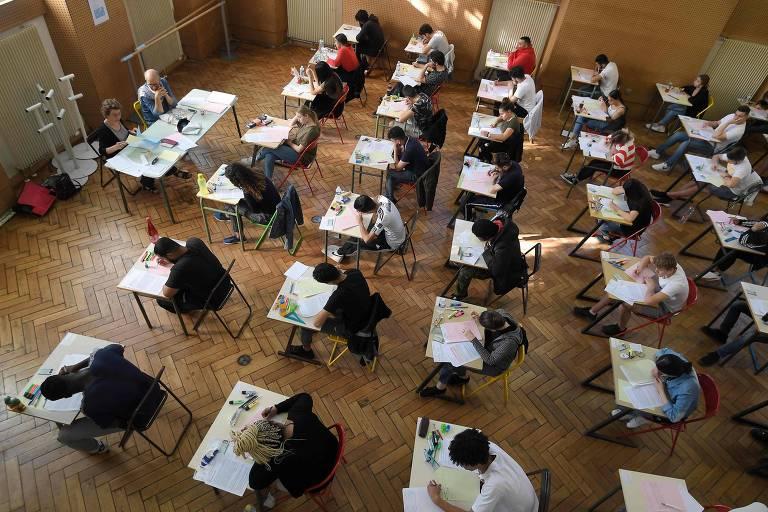 Visão superior de sala de estudantes durante prova