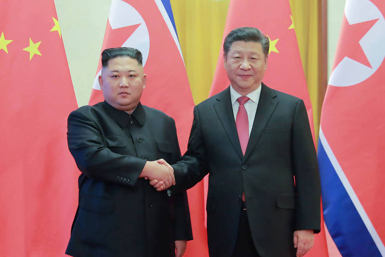 Em foto de janeiro de 2019, na China, o líder norte-coreano, King Jon-un (à esquerda), cumprimenta seu par chinês, Xi Jinping