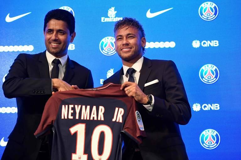 Neymar posa para foto com o presidente do PSG Nasser al-Khelaifi na chegada ao clube francês, em 2017