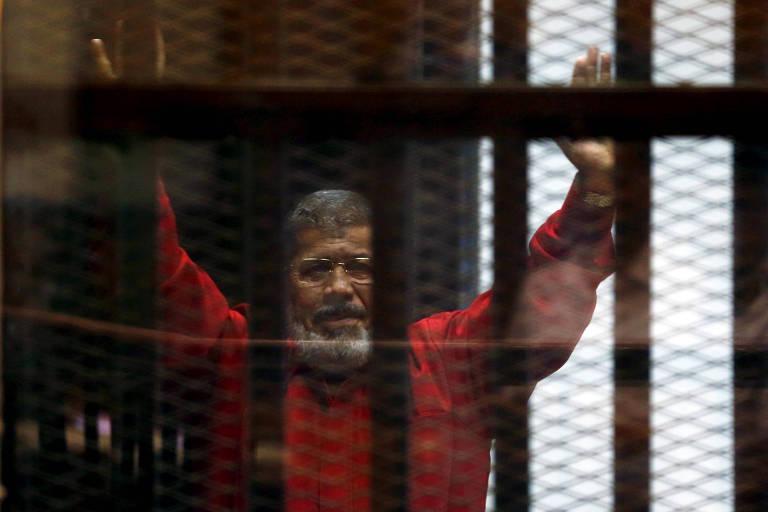 O ex-presidente do Egito, durante audiência em tribunal no Cairo em 2015
