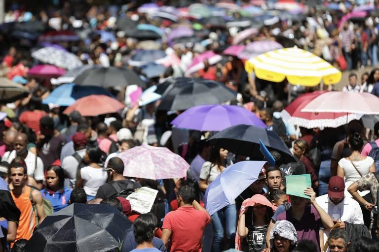 Pessoas em mutirão de emprego no Vale do Anhangabaú, em São Paulo