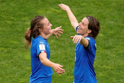 Soccer Football - Women's World Cup - Group C - Jamaica v Italy - Stade Auguste-Delaune, Reims, France - June 14, 2019 Italy's Aurora Galli and Daniela Sabatin celebrate after the match REUTERS/Christian Hartmann ORG XMIT: AI