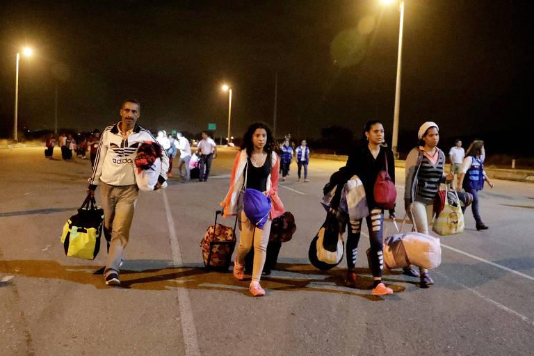 Imigrantes venezuelanos na fronteira entre o Peru e o Equador