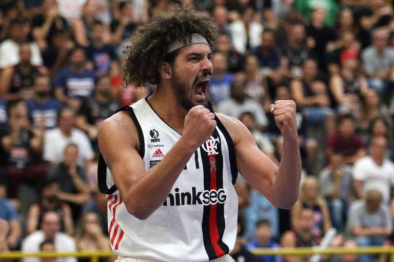 Varejão vibra no jogo que deu o título do NBB 2018/19 ao Flamengo, em Franca (SP)