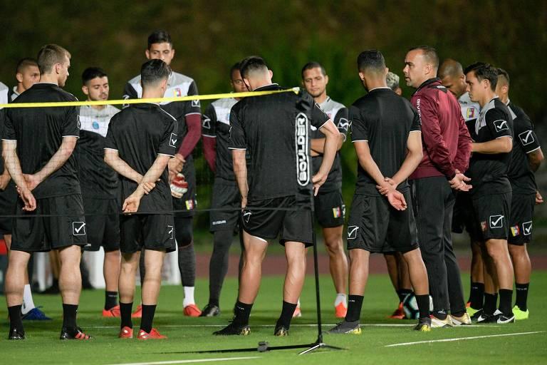 Técnico venezuelano Rafael Dudamel conversa com jogadores durante treino em Salvador