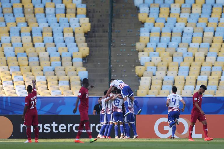 Jogadores do Paraguai comemoram gol contra o Qatar, na Copa América, diante de uma arquibancada vazia no estádio do Maracanã, no Rio de Janeiro.