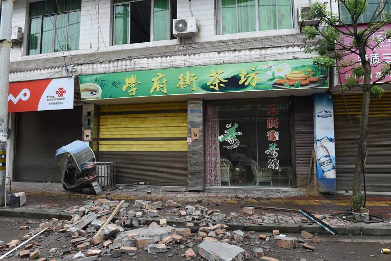 Casas e comércio danificados após um terremoto na cidade de Shuanghe, no sudoeste da China