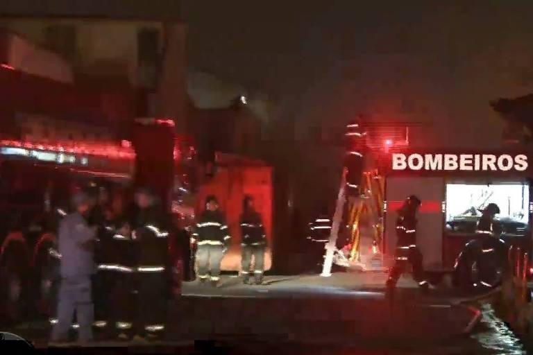 Depósito da Casas André Luis na zona leste pega fogo na madrugada desta terça-feira (18)