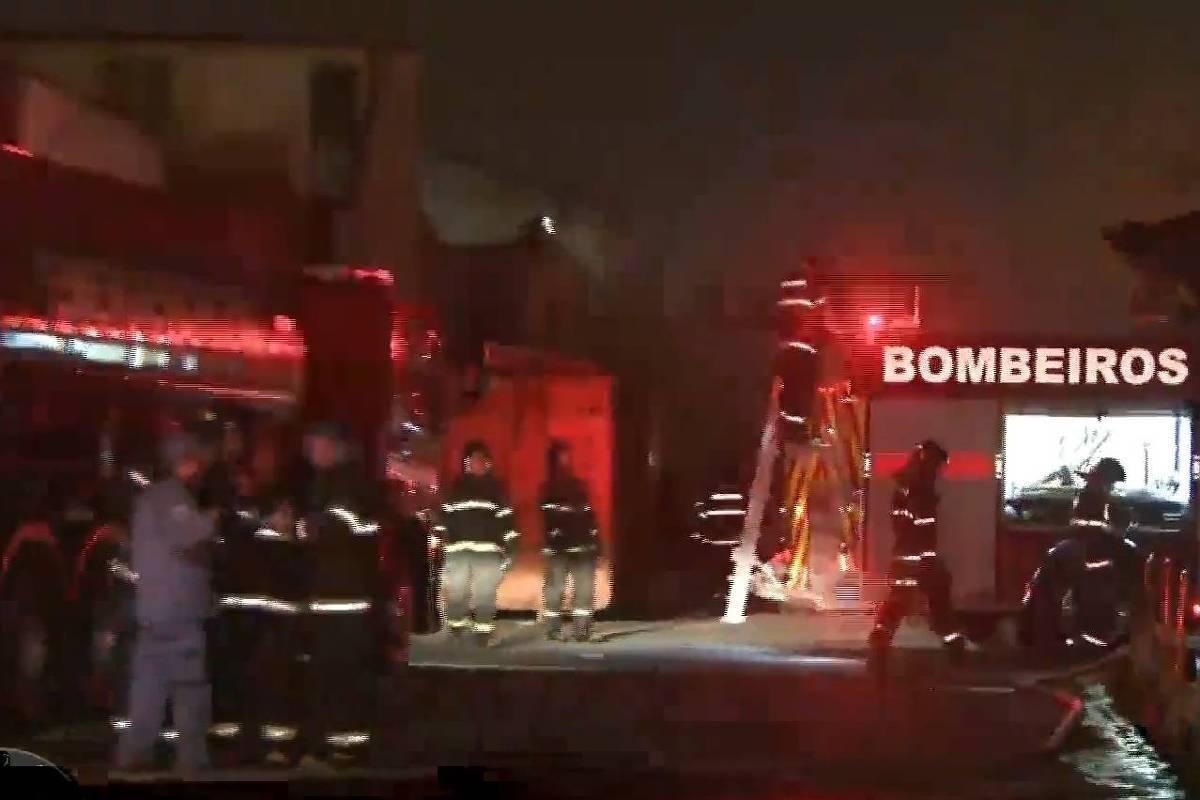 Depósito da Casas André Luiz pega fogo na zona leste de SP