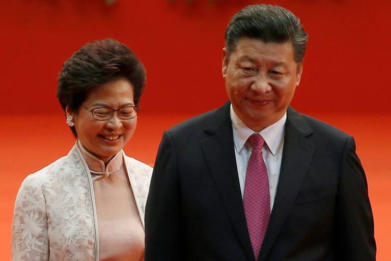 A chefe executiva Carrie Lam e o dirigente chinês Xi Jinping, em evento em Hong Kong