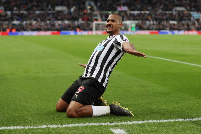 Rondón comemora gol contra o Liverpool na Premier League
