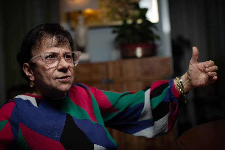 Ana Lúcia Amaral, procuradora regional da República aposentada, com braço levantado