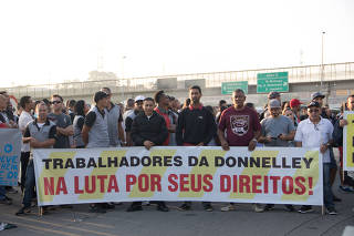 Funcionários protestam após gráfica que faria as provas do Enem 2019 entra com pedido de falência.