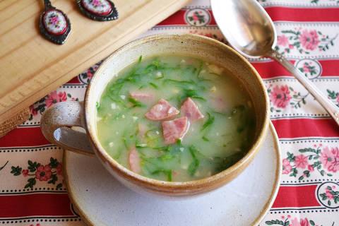 Caldo verde tem base de batata e leva couve-manteiga e linguiça portuguesa para dar sabor.Credito Juliana Ventura / Folhapress