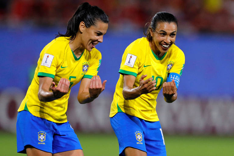 Marta comemora gol contra a Itália ao lado de Thaisa