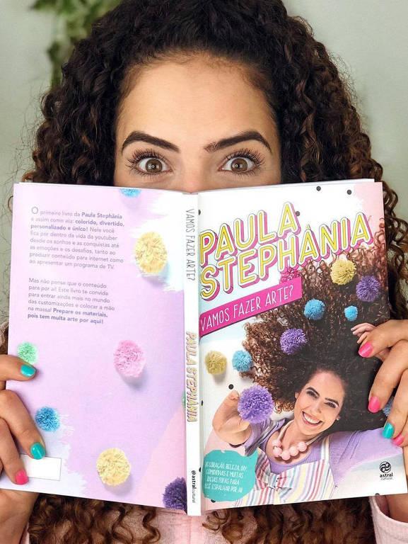 O primeiro livro da Paula Stephânia é assim como ela: colorido, divertido, personalizado e único