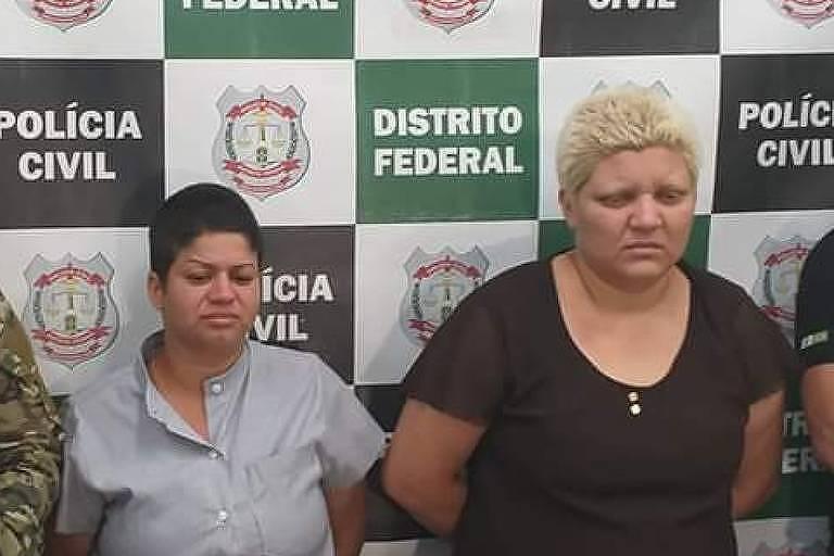 Rosana Auri da Silva Cândido (à dir) e sua companheira Kacyla Pryscila Santiago Damasceno Pessoa são presas no Distrito oficial após confessarem o assassinato do menino Rhuan, filho da primeira