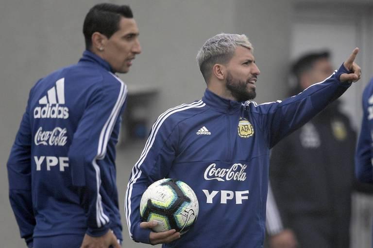 Di María (à esq.) e Aguero durante treino da seleção argentina antes da Copa América
