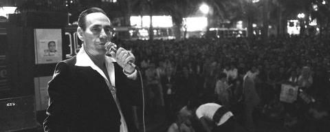 ORG XMIT: 475101_0.tif 1982  Música: o cantor gaúcho Nelson Gonçalves durante show na Praça da Sé, em São Paulo (SP). (São Paulo (SP), 00.00.1982. Foto: Ovídio Vieira/Folhapress. Negativo: 06364.82)