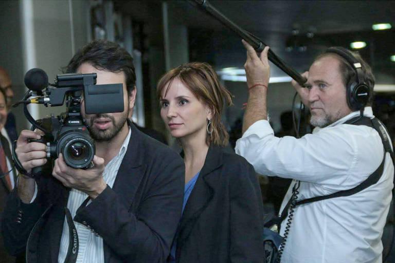 """A diretora Petra Costa durante a filmagem do documentário """"Democracia em Vertigem"""""""