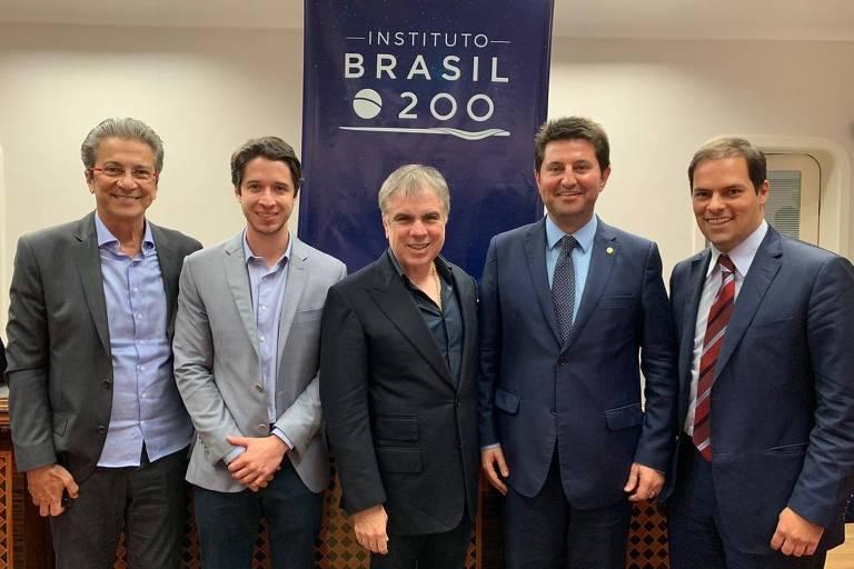 Empresários e representantes do grupo Brasil 200 se reúnem com o secretário de Desburocratização, Paulo Uebel (à dir.). Na foto, da esquerda para direita: Marcelo Pessoa, sócio do C6 Bank; Gabriel Kanner, presidente-executivo do Brasil 200; Flávio Rocha, presidente do conselho da Riachuelo; e o deputado federal Jerônimo Goergen (PP-RS). (Crédito: acervo pessoal)