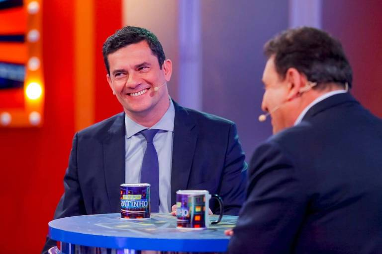 Sergio Moro sorri; Ratinho está de costas