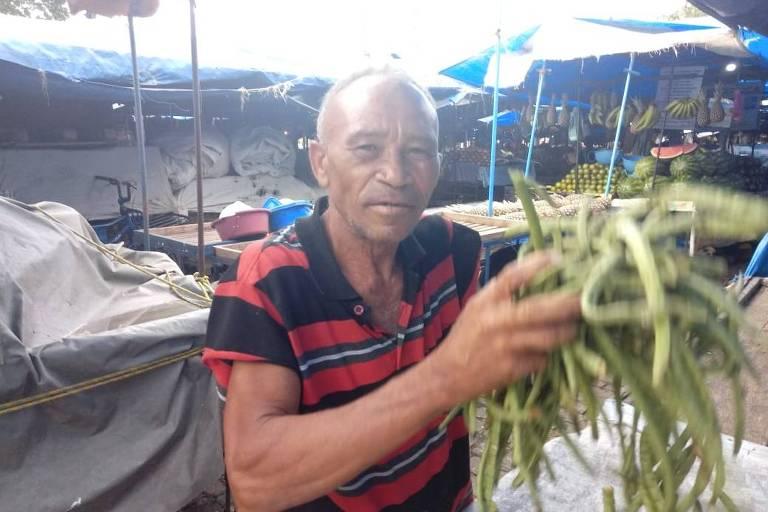 O pernambucano Antônio Manoel de Barros, 62, sabe escrever apenas seu nome e ganha a vida debulhando feijão em feira do Recife