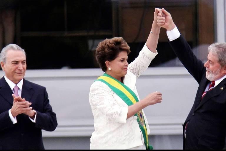 """Lula saúda Dilma Rousseff  durante a posse da presidente, com o vice Michel Temer à esquerda, em cena do documentário """"Democracia em Vertigem"""", dirigido por Petra Costa"""
