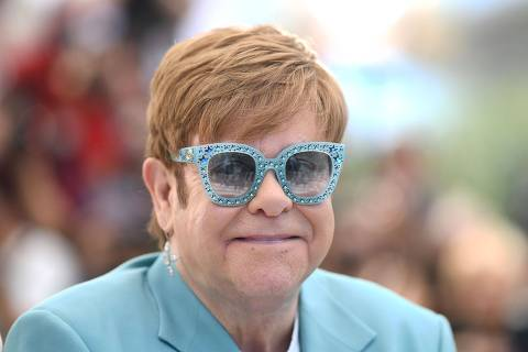 TOPSHOT - British singer-songwriter Elton John poses during a photocall for the film