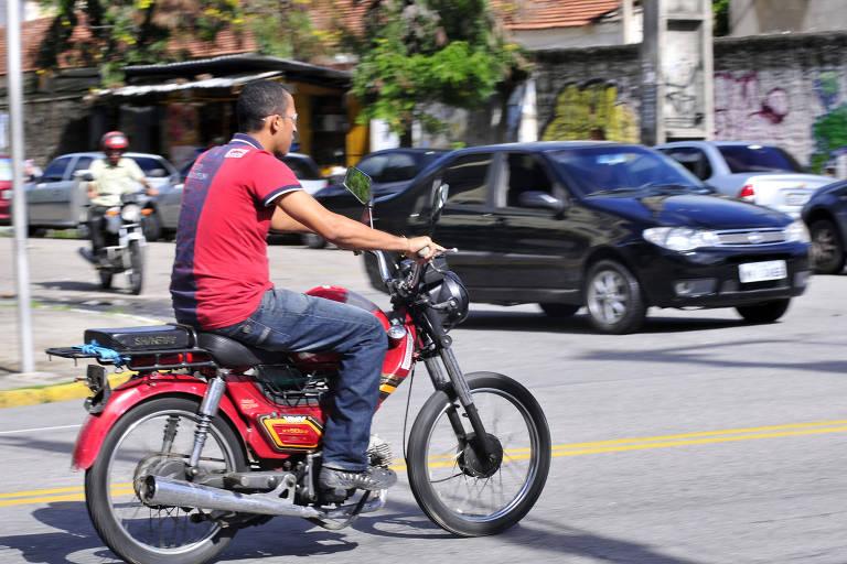 """Homem pilota ciclomotor, as chamadas """"cinquentinhas"""", no Recife"""