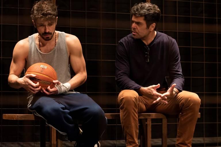 Robson Torinni e Otto Jr. contracenam na peça 'Tebas Land'