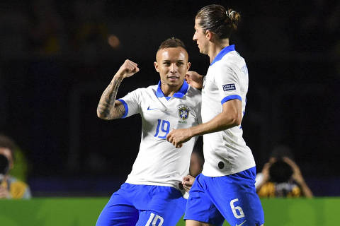TOPSHOT - Brazil's Everton (L) celebrates with teammate Filipe Luis after scoring against Bolivia during their Copa America football tournament group match at the Cicero Pompeu de Toledo Stadium, also known as Morumbi, in Sao Paulo, Brazil, on June 14, 2019. (Photo by Pedro UGARTE / AFP)