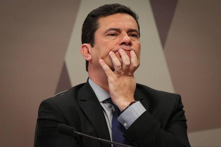 O ministro da Justiça, Sergio Moro, com mão no rosto, ao depor na Comissão de Constituição e Justiça do Senado