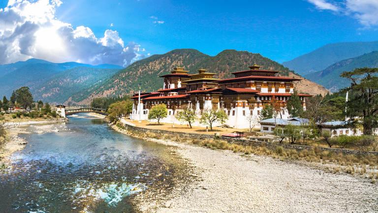 Fortaleza-mosteiro ('dzong') de Punakha, antiga capital do Butão, com a típica arquitetura criada para servir à defesa, à administração e ao budismo