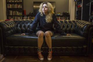 A quadrinista Estela May na sala de sua casa, em São Paulo