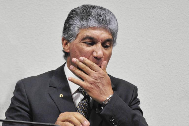 Paulo Vieira de Souza, o Paulo Preto, ex-diretor da Dersa (Desenvolvimento Rodoviário S.A), acusado de ser operador de propinas do PSDB, com a mão na boca durante um depoimento