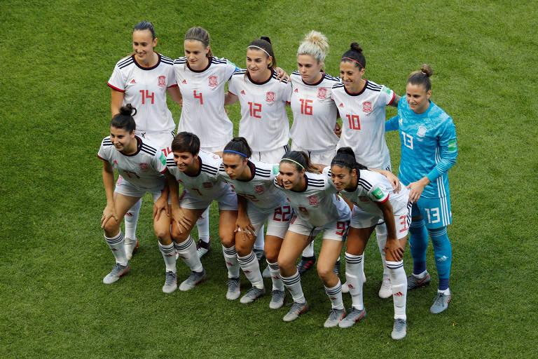 Seleção espanhola perfilada para foto oficial antes do duelo contra a China pela Copa do Mundo de 2019