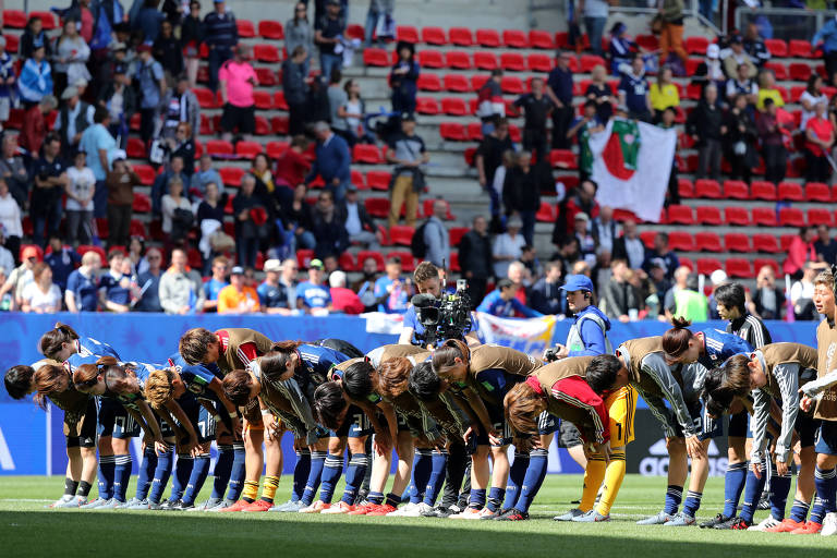 Jogadoras japonesas agradecem torcida após partida contra a Escócia na Copa do Mundo da França