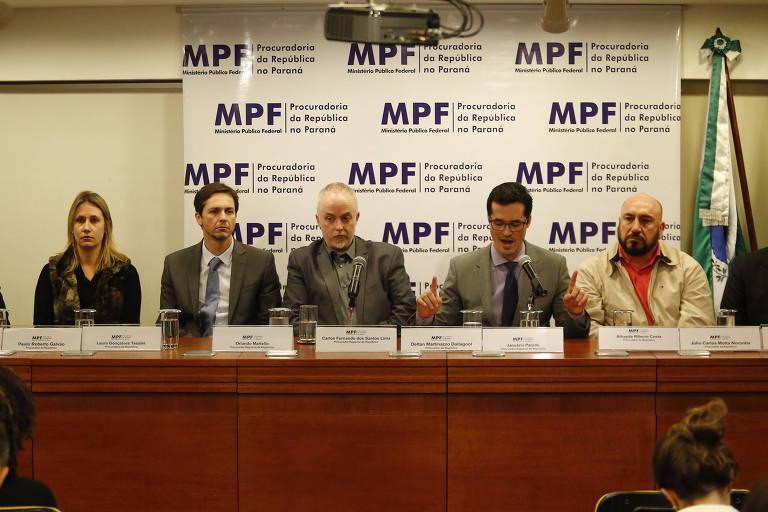 Procuradores de Curitiba durante entrevista coletiva, em 2016