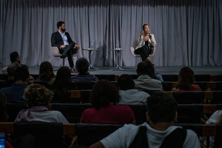O diretor de Redação da Folha, Sérgio Dávila, e a ombudsman Flavia Lima durante encontro com leitores no auditório do jornal