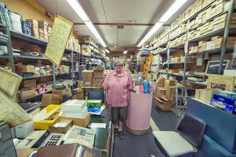 Esther Fisher, que teve de aprender a comandar a loja de itens de costura após a morte do marido, quando ela já estava chegando aos 70 anos, fotografada por Vladimir Antaki, para o projeto
