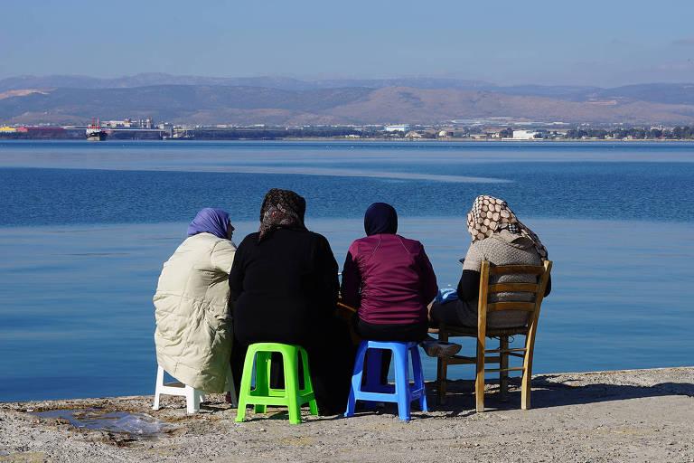 Curta-metragem documental 'Espera' tem direção da brasileira Sonia Guggisberg e trata da questão dos imigrantes do Oriente Médio que aguardam, na ilha grega de Lesbos, que algum país europeu os acolha