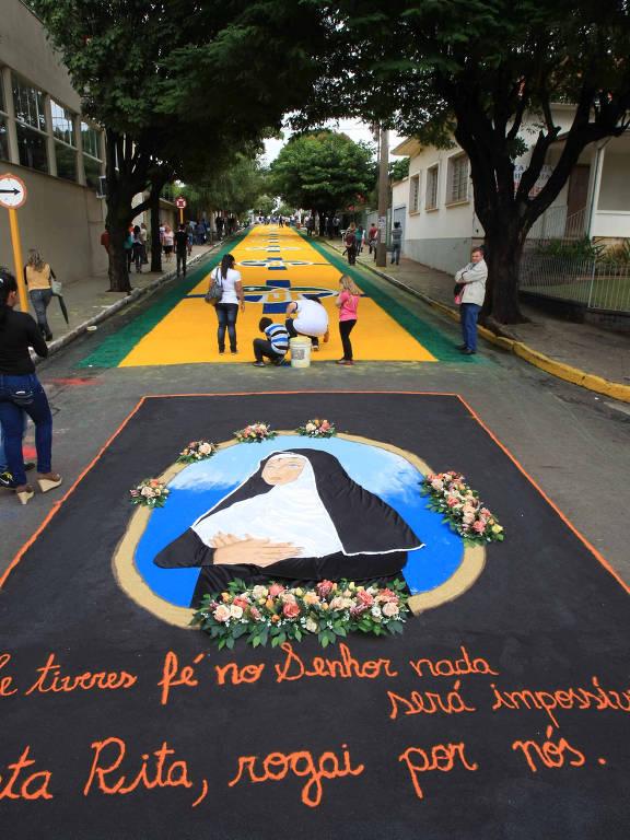 Pinturas de Corpus Christi no asfalto